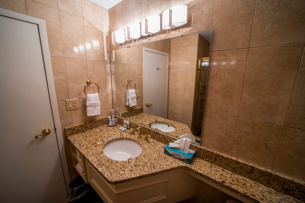 Veranda-Queen-Suite-Bathroom